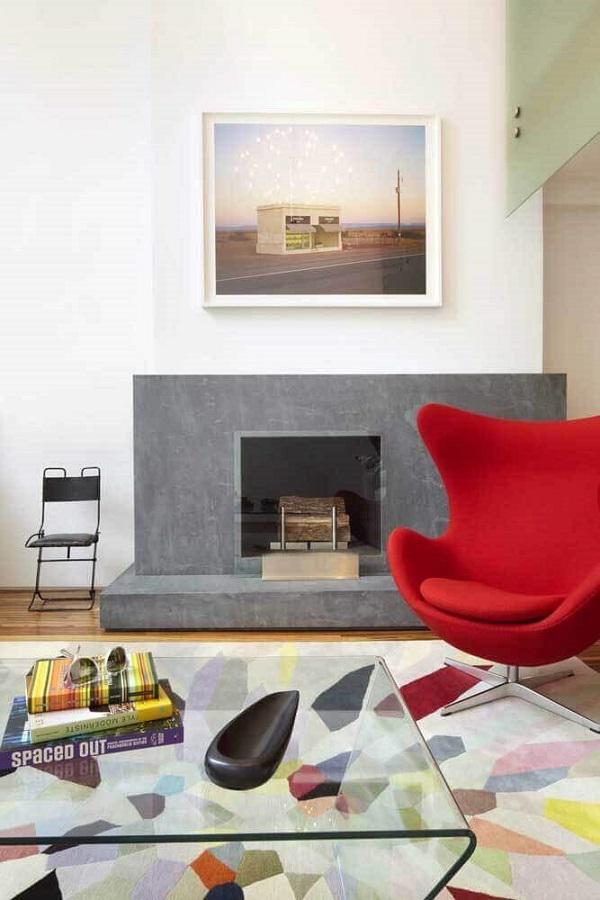 poltrona vermelha para sala com lareira decorada com tapete colorido Foto Architizer