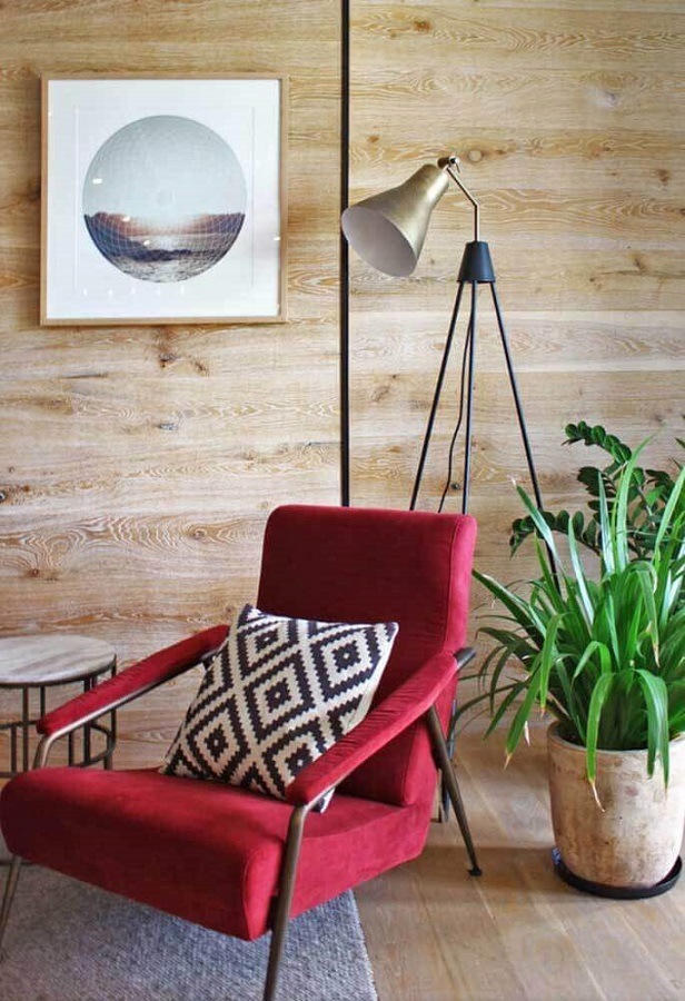 poltrona vermelha para sala decorada com parede de madeira Foto Pinterest