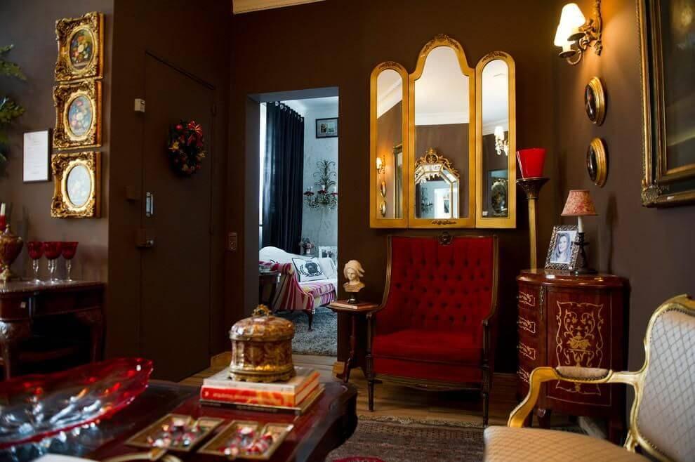 poltrona vermelha - parede marrom e poltrona vermelha
