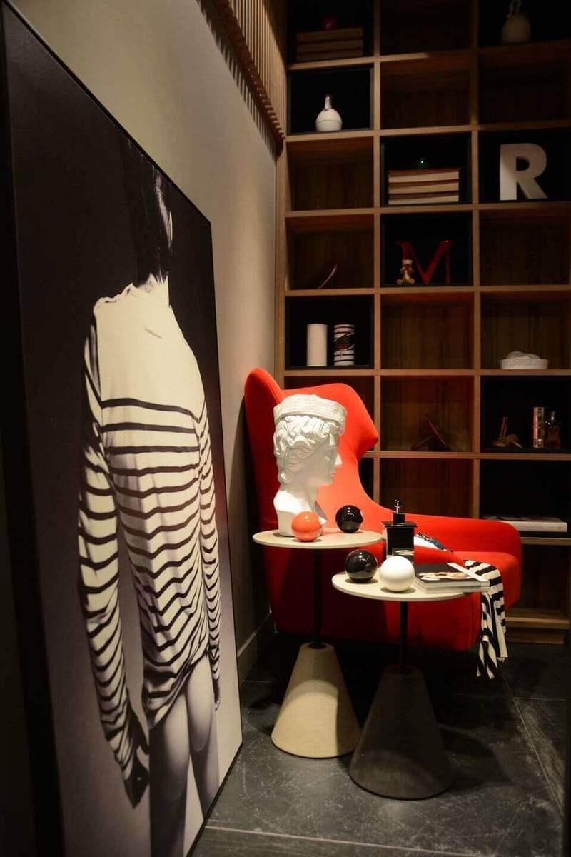 poltrona vermelha - poltrona ao lado de mesa lateral e quadro decorativo