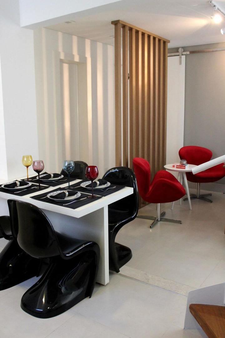 poltrona vermelha - poltrona vermelha em sala de estar com cadeira pretas