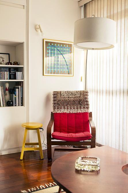 poltrona vermelha - sala com poltrona vermelha e banqueta amarela