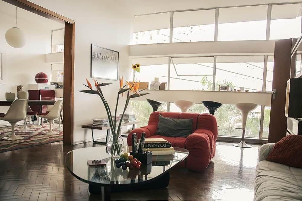 poltrona vermelha - sala de estar com flores e poltrona vermelha