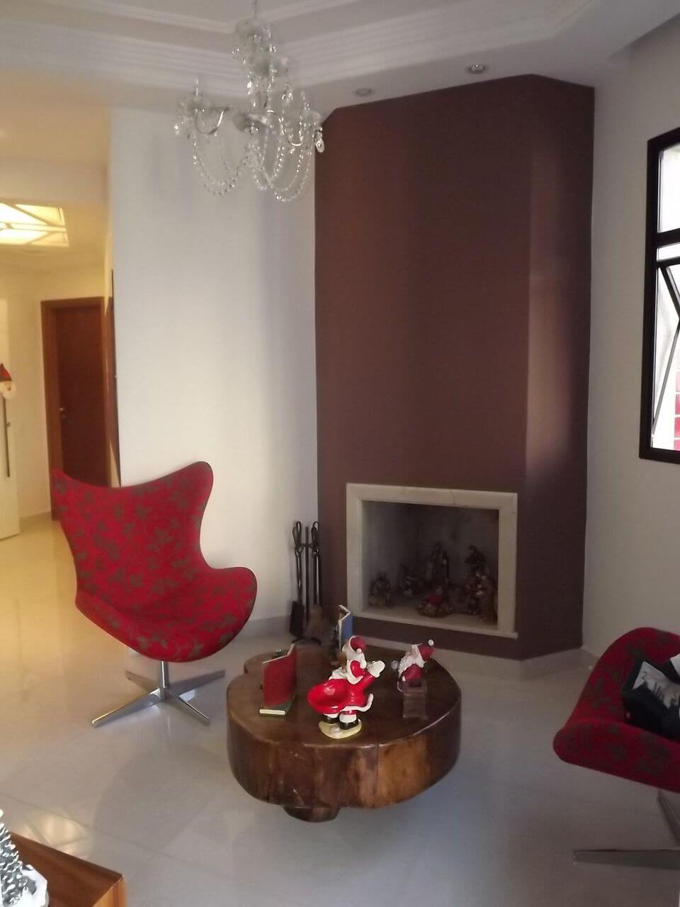 poltrona vermelha - sala de estar com poltronas vermelhas e mesa de centro rústica