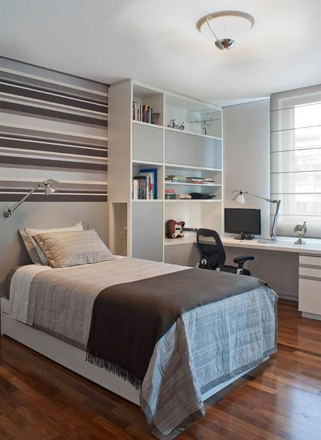 quarto com escritório branco e cinza decorado com papel de parede listrado Foto Pinterest