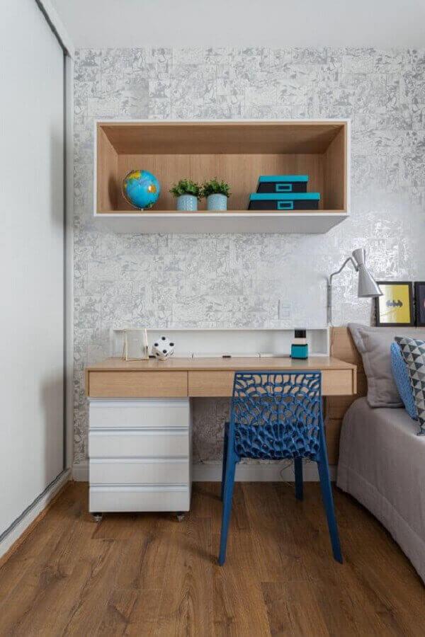 quarto com escritório decorado com papel de parede cinza delicado e escrivaninha com gaveteiro  Foto Rúbia M. Vieira Interiores