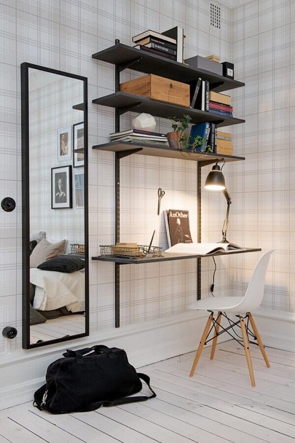 quarto com escritório simples decorado com papel de parede xadrez delicado Foto Home Inspirations