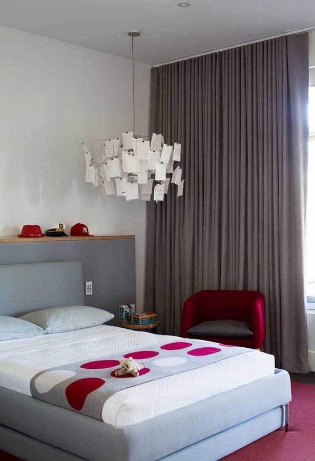 quarto de casal cinza e branco decorado com poltrona vermelha Foto Houzz