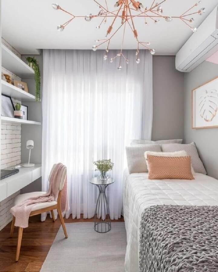 quarto solteiro com escritório decorado em tons de cinza e rosa  Foto Pinterest