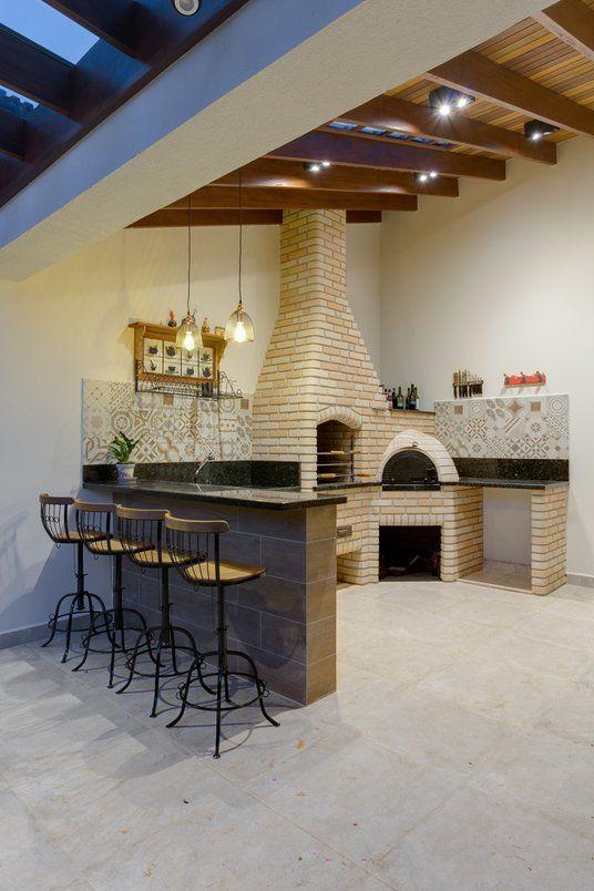 Área gourmet com chaminé para churrasqueira