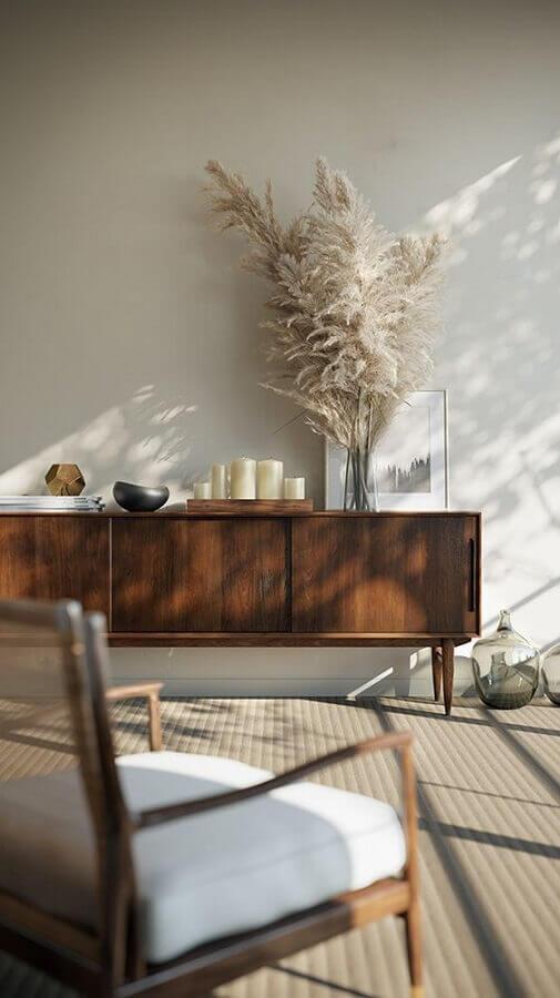 sala clean decorada com poltrona e buffet de madeira Foto Apartment 34