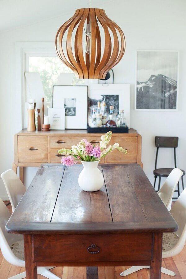 sala de jantar branca e simples decorada com buffet de madeira rústica Foto Jeito de Casa