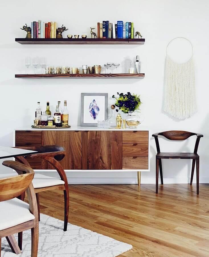 sala de jantar decorada com buffet aparador de madeira com pés palito Foto Domaine Home