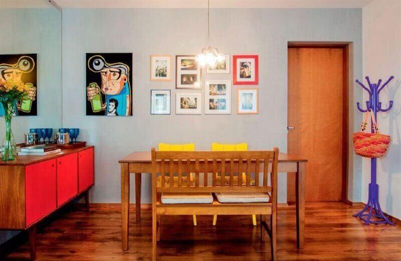 sala de jantar simples decorada com buffet de madeira retrô Foto Pinterest