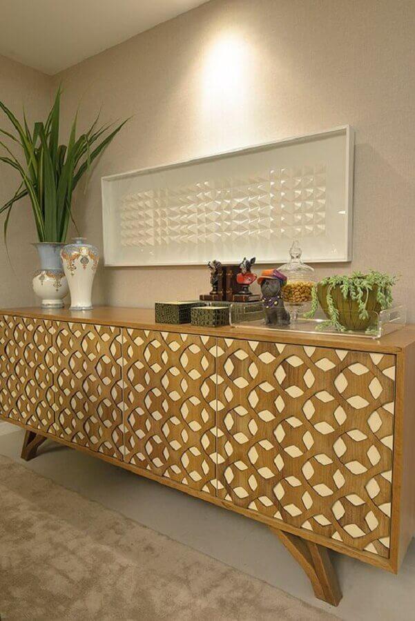 sala decorada com buffet de madeira com acabamento geométrico nas portas  Foto Pinterest