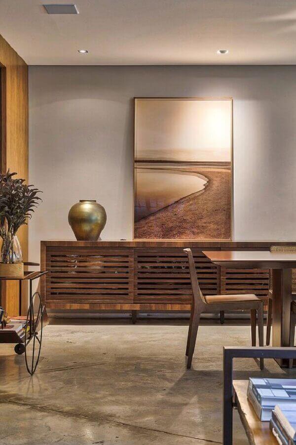 sala decorada com parede cinza e buffet de madeira maciça Foto Casa de Valentina