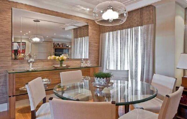 sala grande decorada com espelho e aparador decorada com mesa redonda de vidro