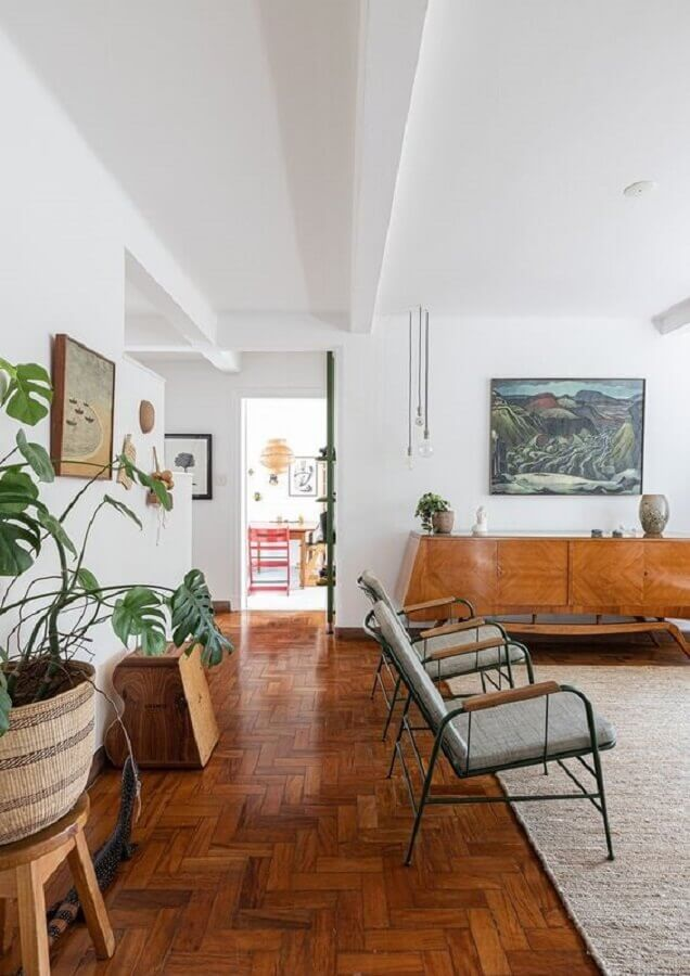 sala grande decorada com poltrona moderna e balcão buffet de madeira Foto Histórias de Casa