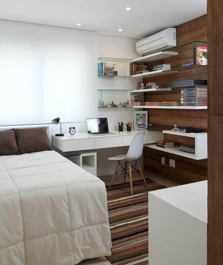 tapete listrado para decoração de quarto com escritório pequeno  Foto Casa de Valentina