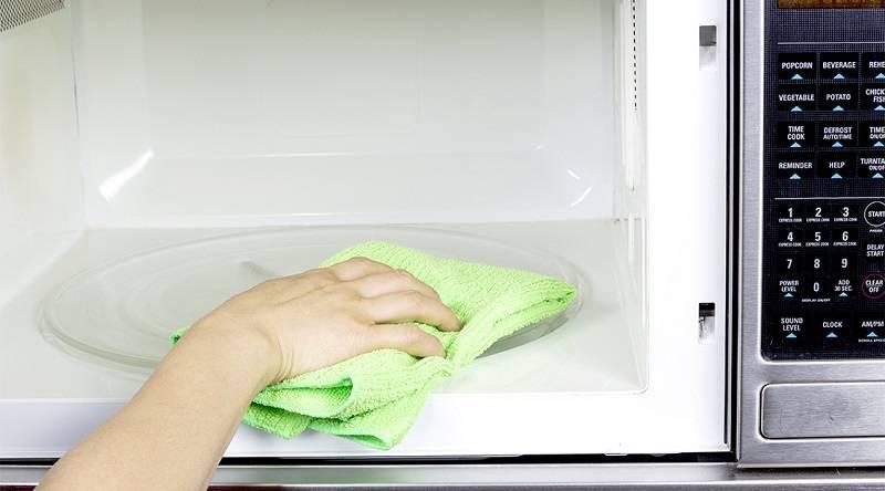 como limpar microondas limpar com pano