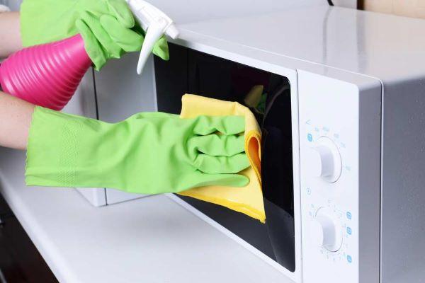 Como limpar microondas com manchas amarelas