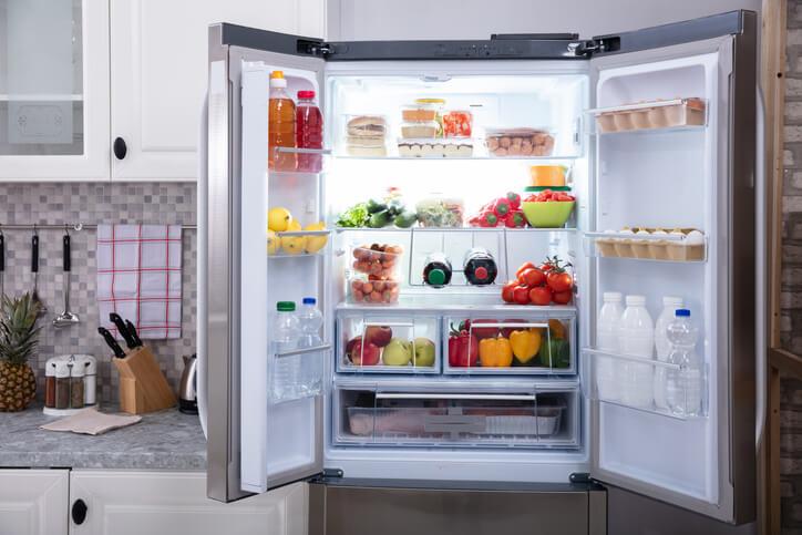 Aprenda como organizar geladeira com potes