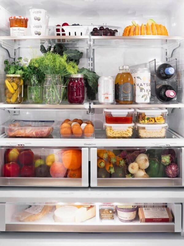 Dicas para organizar geladeira com potes e organizadores