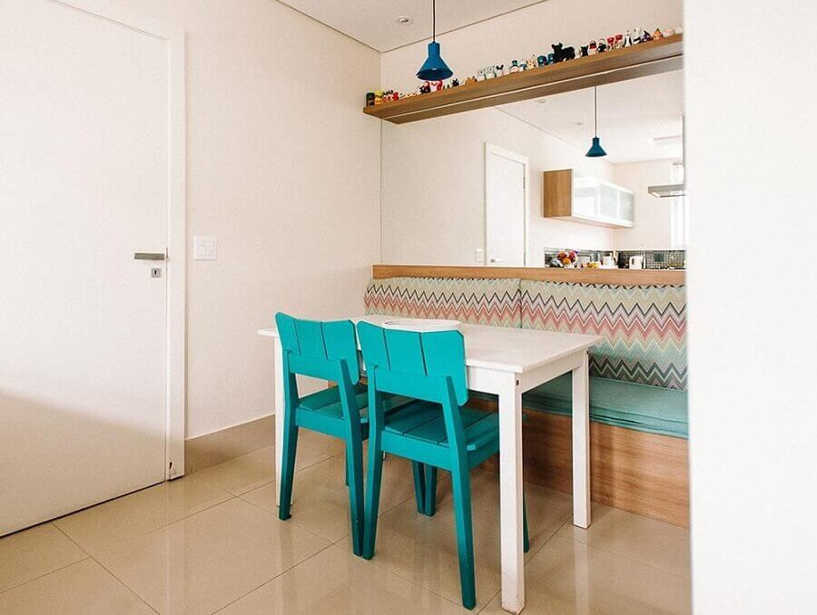 Cores para sala de jantar pequena e simples decorada com cadeira azul turquesa e parede espelhada Foto Codecorar