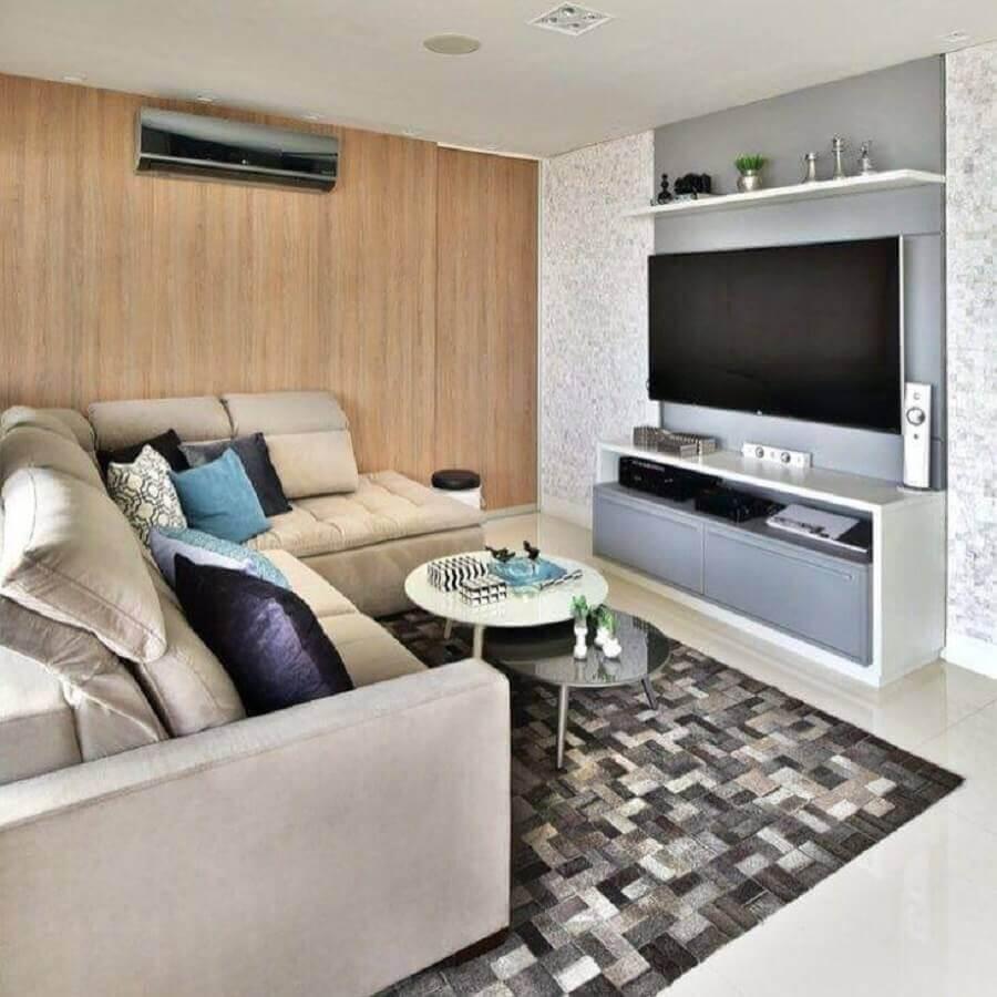 Cores para sala pequena decorada com tapete de couro e parede de madeira Foto Mikaelian Freitas Arquitetura