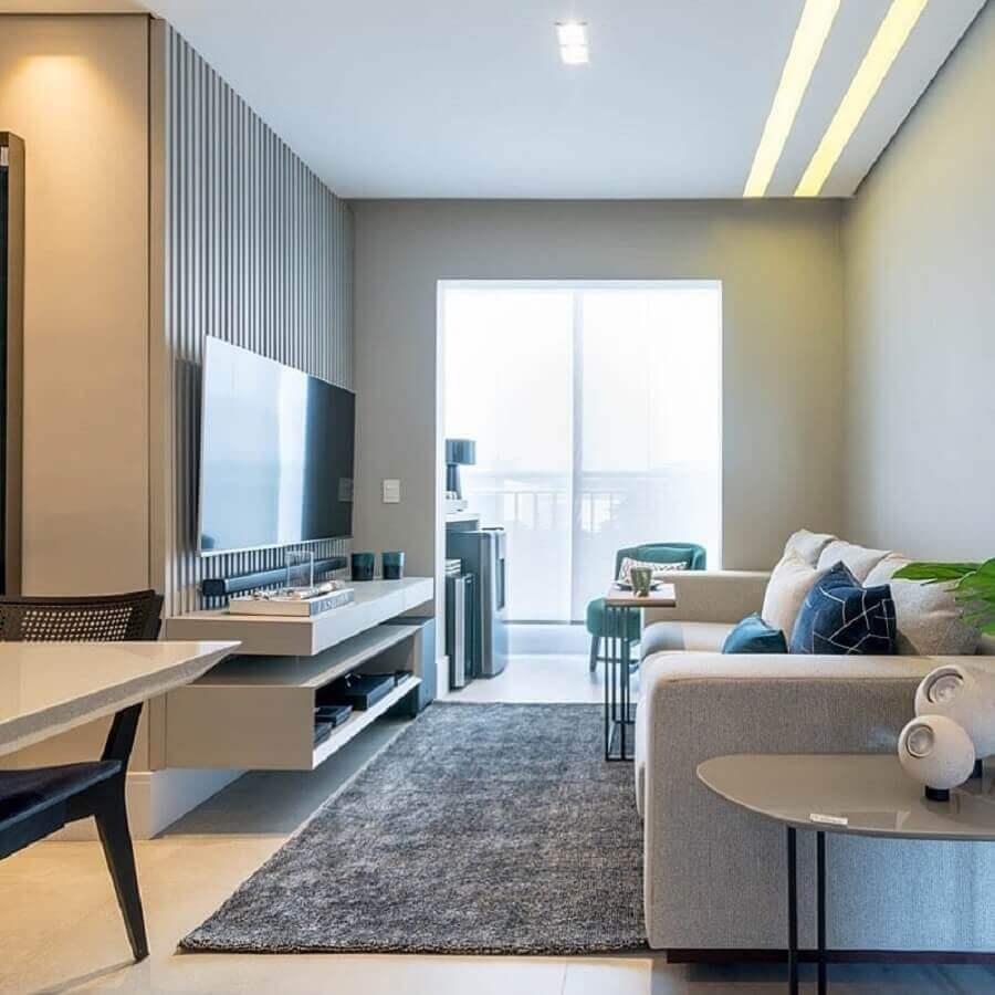 Paleta de cores para sala pequena decorada com tapete cinza e painel ripado Foto BF Arquitetas