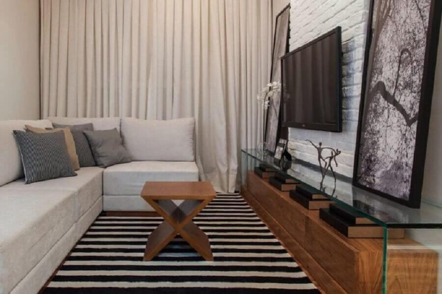 Cores para sala de estar pequena decorada com tapete listrado e rack de madeira e vidro Foto Sesso & Dalanezi Arquitetura