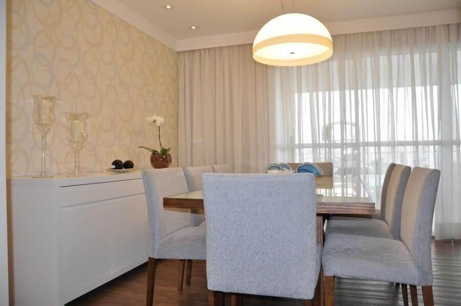 Cores para sala de jantar pequena decorada com papel de parede delicado Foto Carla Teles Vaz