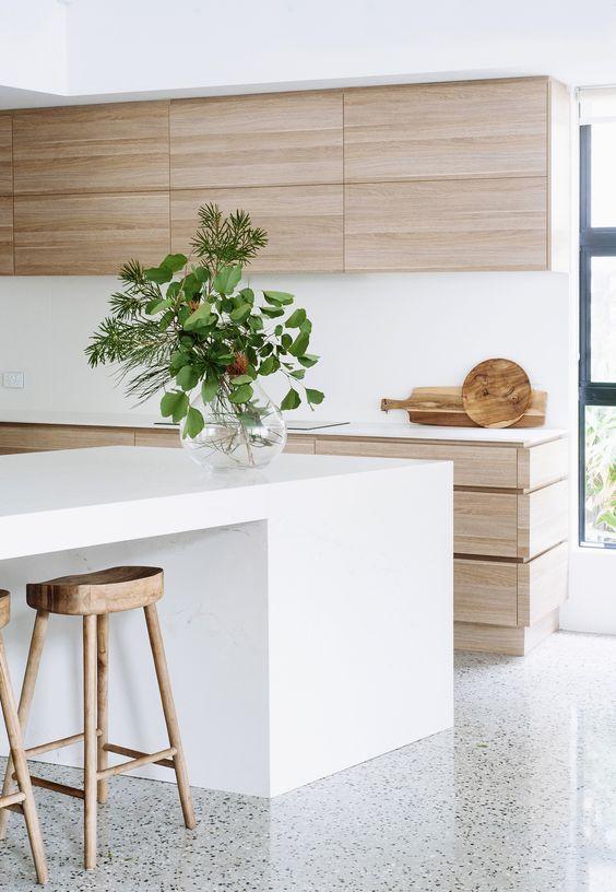 Cozinha de madeira com bancada de ilha gourmet de silestone branca