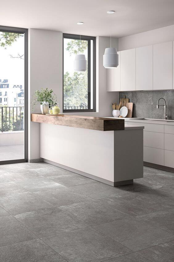 Decoração de cozinha com porcelanato cinza e bancada de madeira