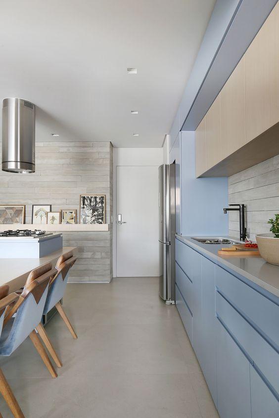 Cozinha moderna com piso de porcelanato cinza e armario azul claro