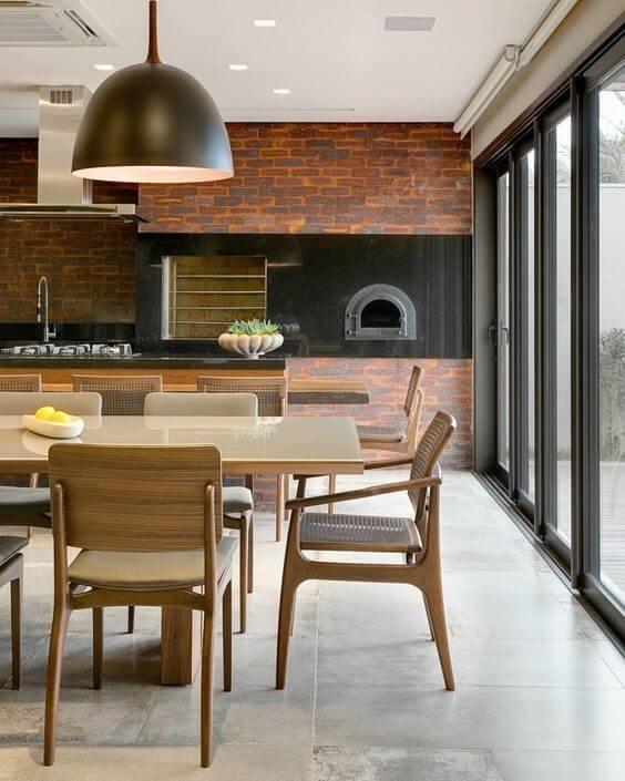 Porcelanato para cozinha com churrasqueira pequena e mesa de jantar de madeira grande