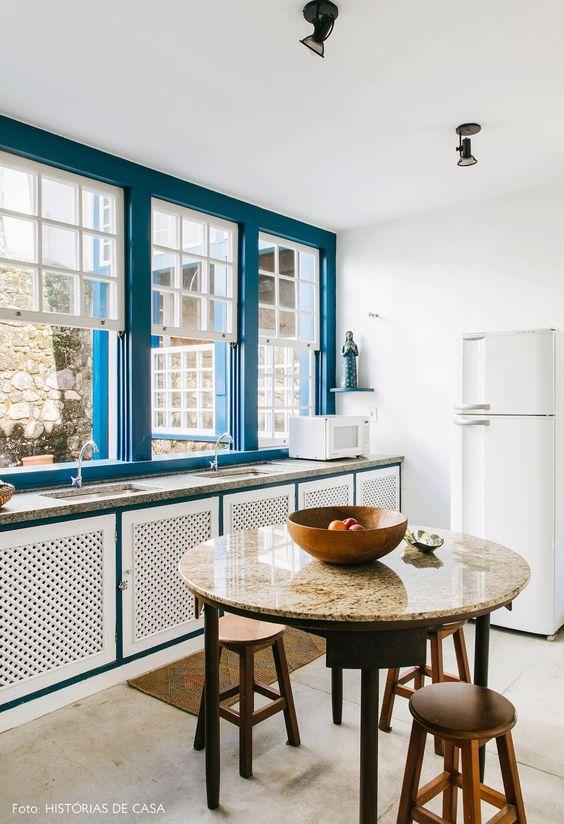 Porcelanato para cozinha moderna com msea de granito e banquetas de madeira
