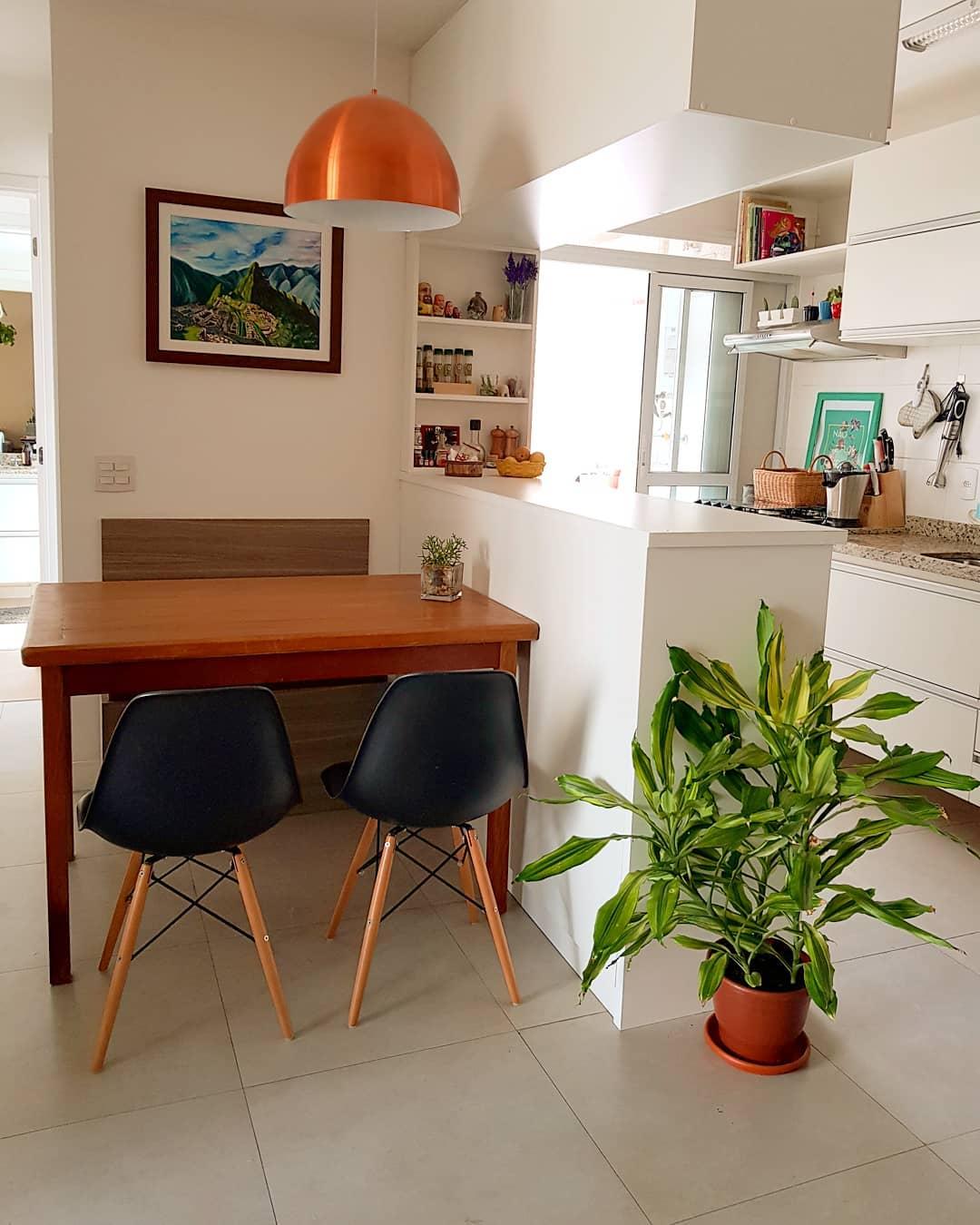 Casa integrada com porcelanato para cozinha branca e moderna