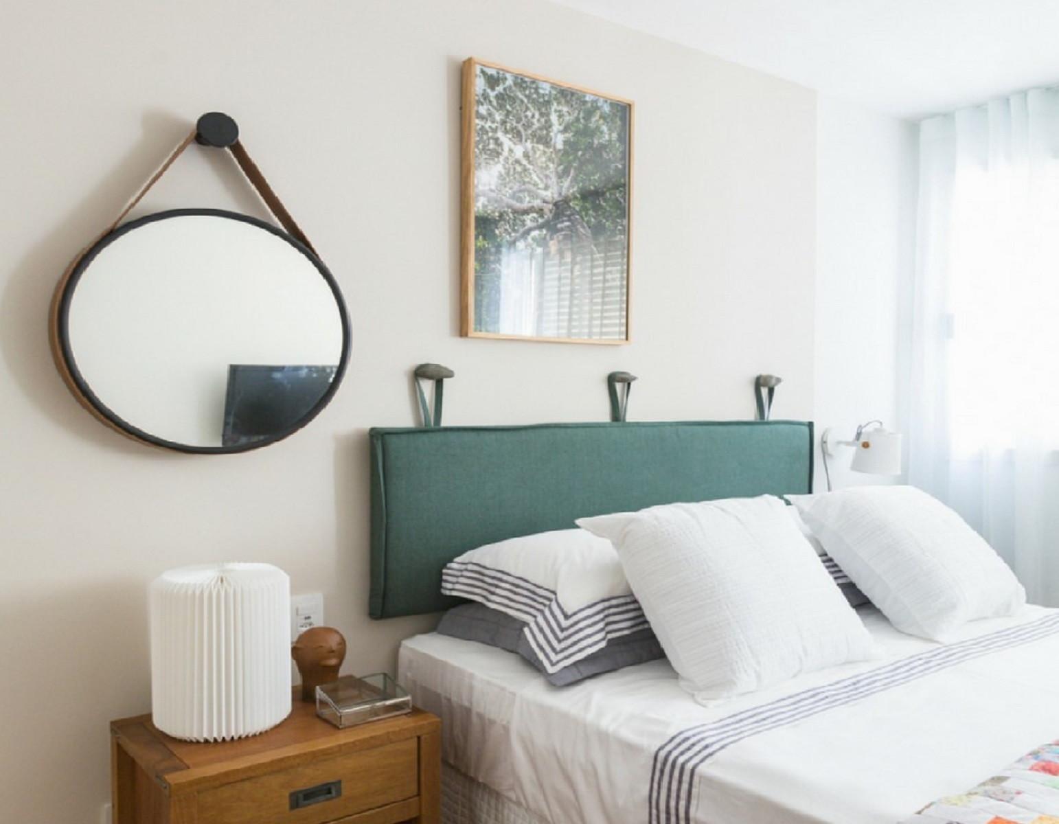 Almofada de cabeceira na cor verde para quarto de casal