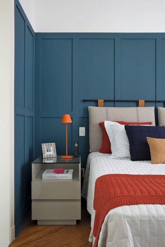 Almofada de cabeceira no quarto moderno