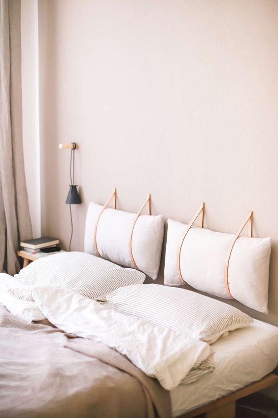 Almofada de cabeceira branca no quarto aconchegante