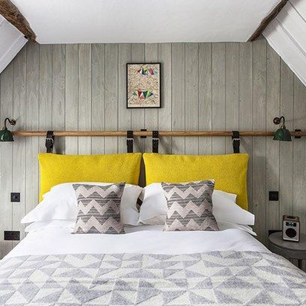 Almofada de cabeceira colorida com roupa de cama listrada