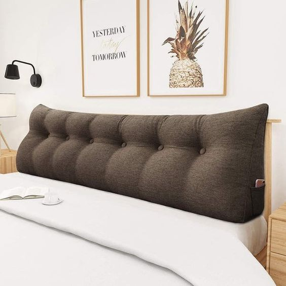 Almofada de cabeceira marrom no quarto de casal