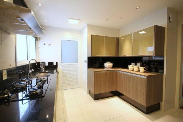 Armário de cozinha de vidro na cor bege com gabinetes de madeira