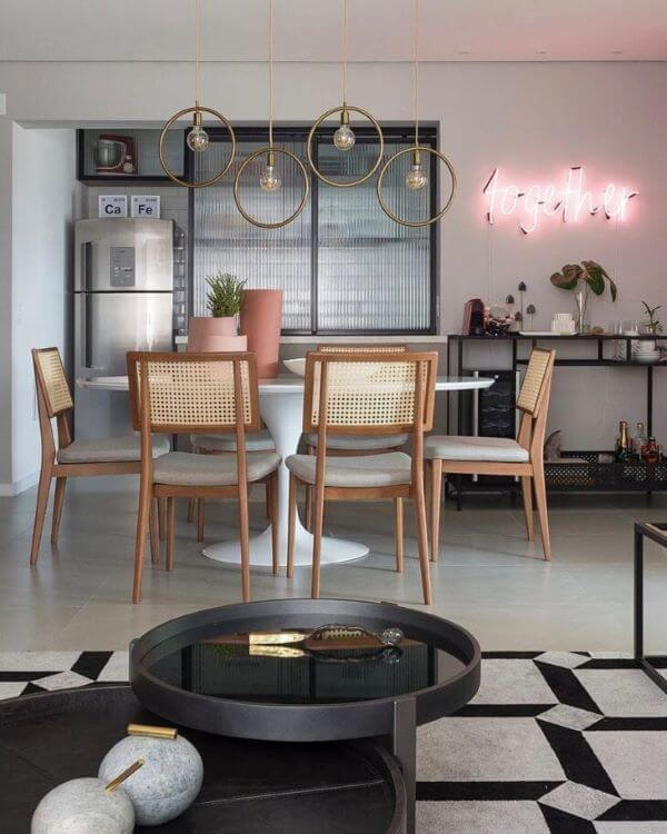 Armário de vidro canelado na cozinha moderna