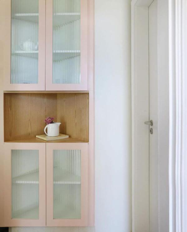 Armário de vidro cor de rosa na cozinha moderna