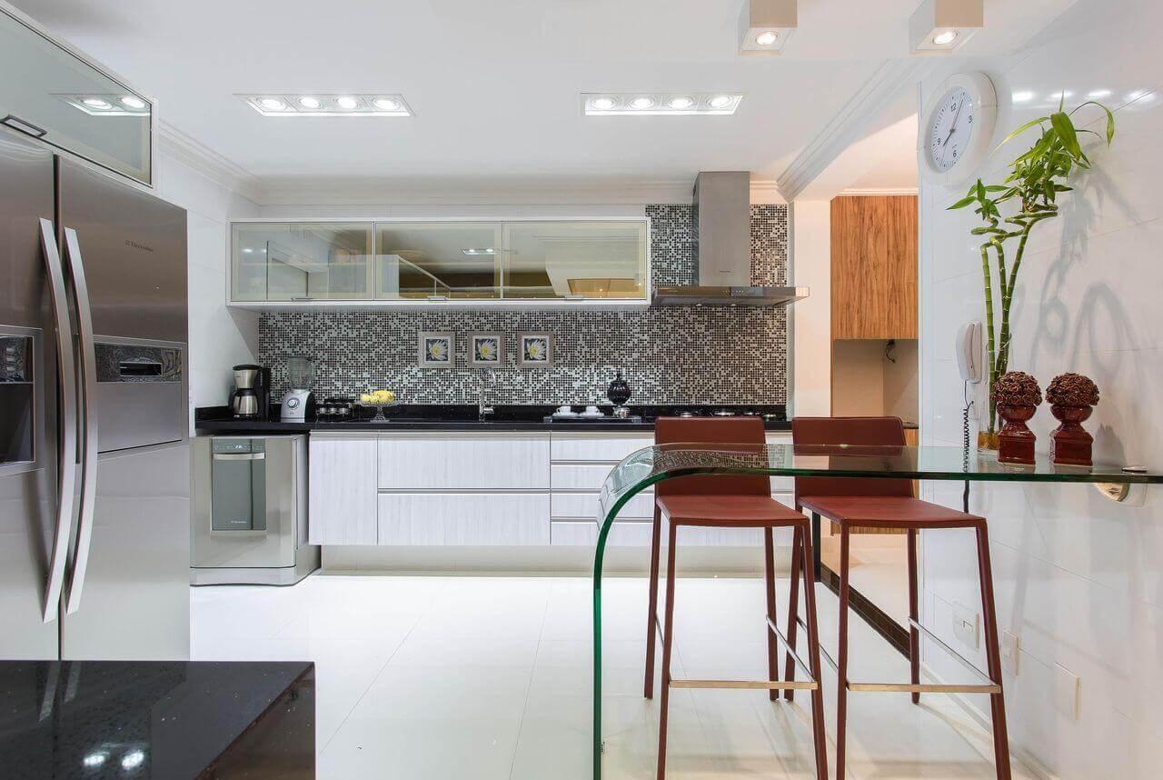 Armário de vidro fume na cozinha branca e moderna
