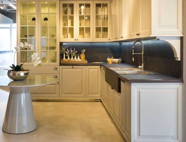 Cozinha planejada com armário de vidro