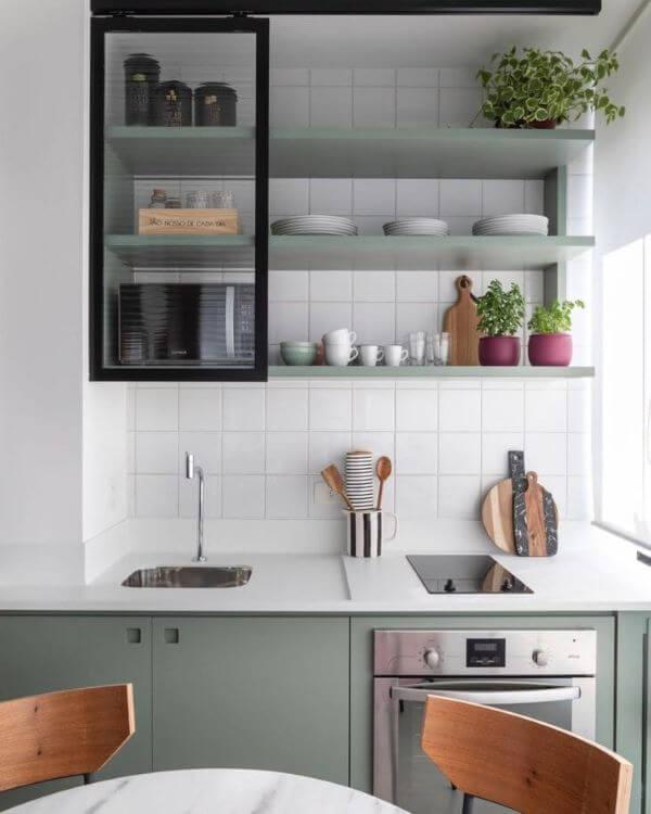 Armário de vidro para cozinha moderna em verde sage