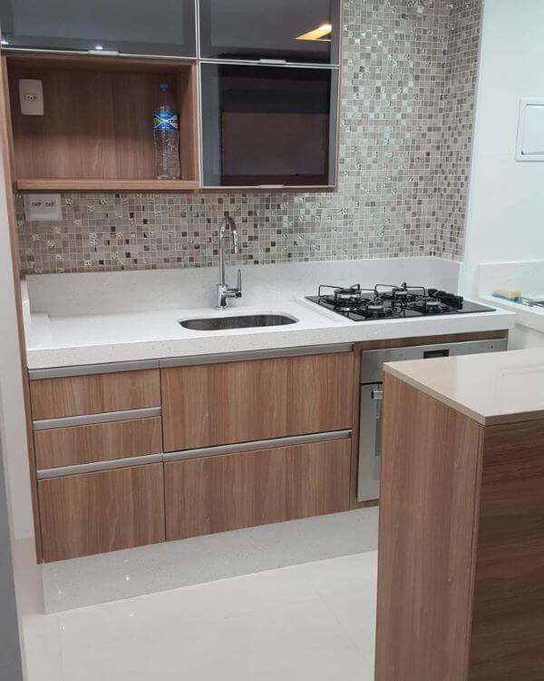 Cozinha de madeira com armário de vidro